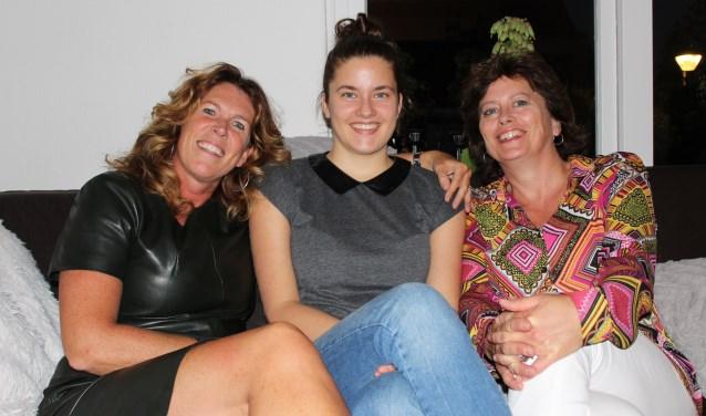 Maureen van Dam geflankeerd door haar moeder Louisa (rechts) en Jacqueline van der Spoel.