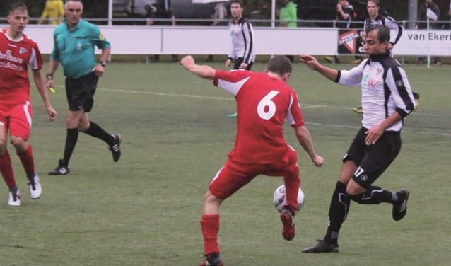 Sparta in actie tegen DZSV (in het rood). Met nummer 17 Sander Thomas. Foto: Hans Reefman