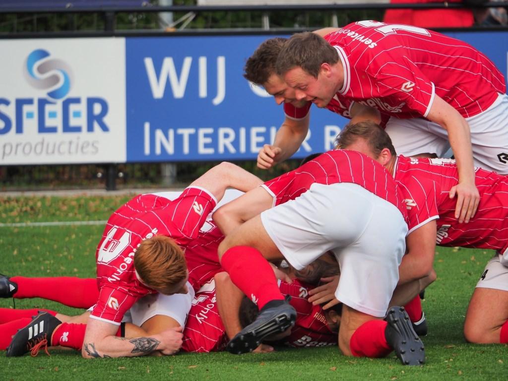 's-Gravendeel viert een doelpunt Foto: Facebook/vvsgravendeel © Persgroep