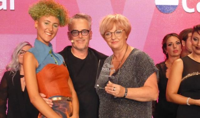 Caroline van de Wiel neemt de Wella Professional TrendVision Silver Award in ontvangst.