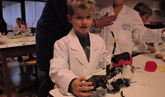 Pim is een van de kinderen die vorige week deelnam aan het kinderKUNSTlab, de vernieuwde knutselmiddag van Jeugdwerk Rozenoord.