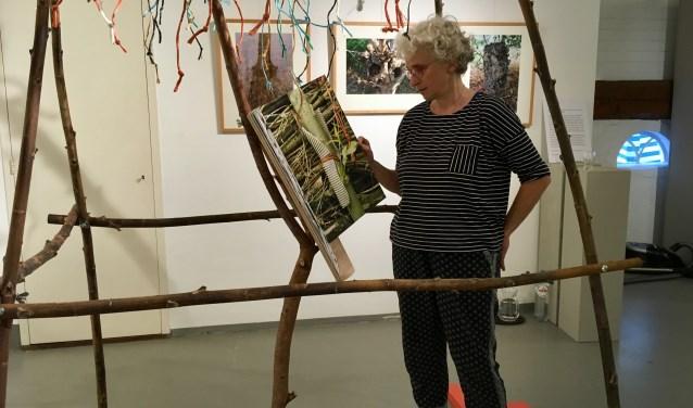 Agnes de Kok, bij haar kunstwerk.