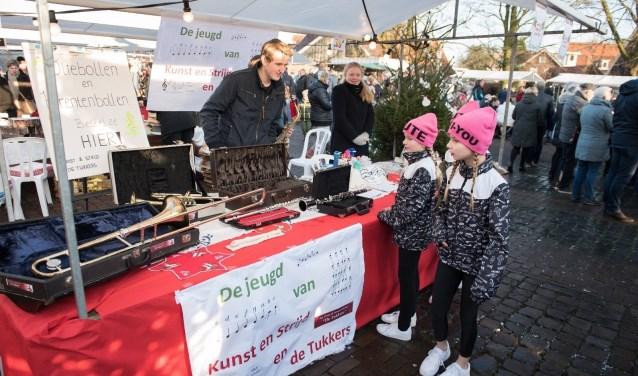 Altijd leuk tijdens de Christmas Fair: jeugd mag instrumenten proberen bij Kunst en Strijd en de Tukkers.
