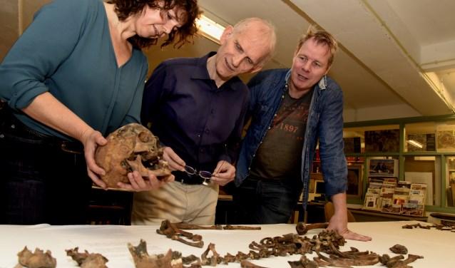 Constance van der Linde bespreekt met Hans Verweij en Marcel Dasselaar de resultaten van het skelettenonderzoek. Foto's: Marianka Peters