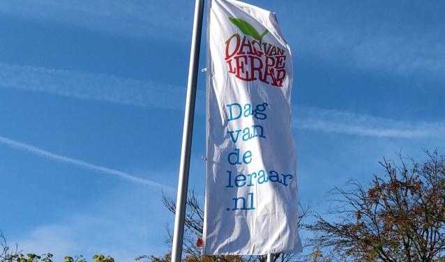 Bij de Waldheim-mavo wapperde de speciale feestvlag voor Dag van de Leraar.