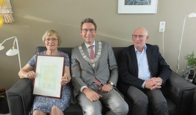 Gerard en Yvonne met in hun midden Burgemeester Poppens.
