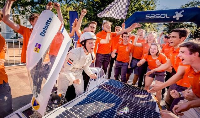 Nuna9s gaat met Martijn als eerste over de finish van de Sasol Solar Challenge. (Foto: Jorrit Lousberg)