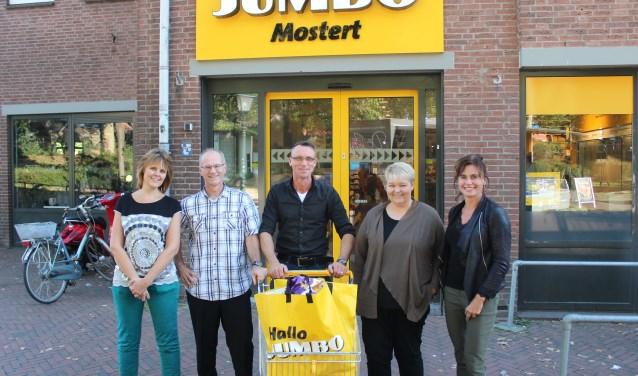 Vertegenwoordigers van de Rhenense basisscholen, met in het midden achter de Jumbo-kar Cornelis Mostert. (Foto: Henk Jansen)