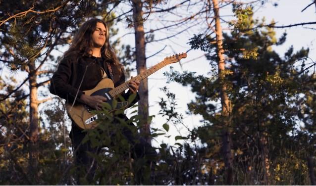 Folly, geboren en getogen in Zierikzee, vertrok drie jaar geleden naar Engeland om zichzelf als componist en gitarist verder te kunnen ontwikkelen.