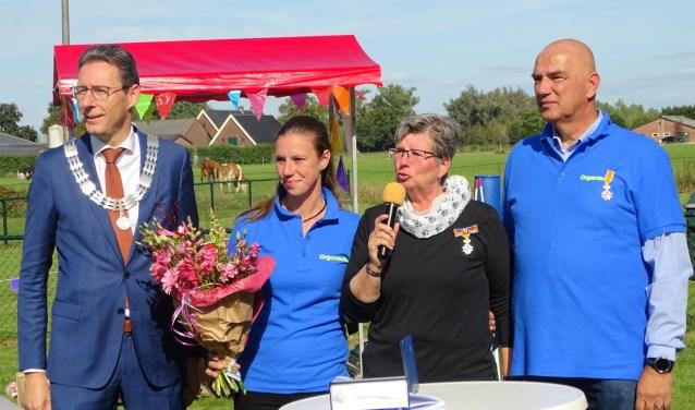 Burgemeester Poppens, dochter decorandi, Corrie Vink-Rosier en  Jos Vink. FOTO: Gemeente Wijk bij Duurstede