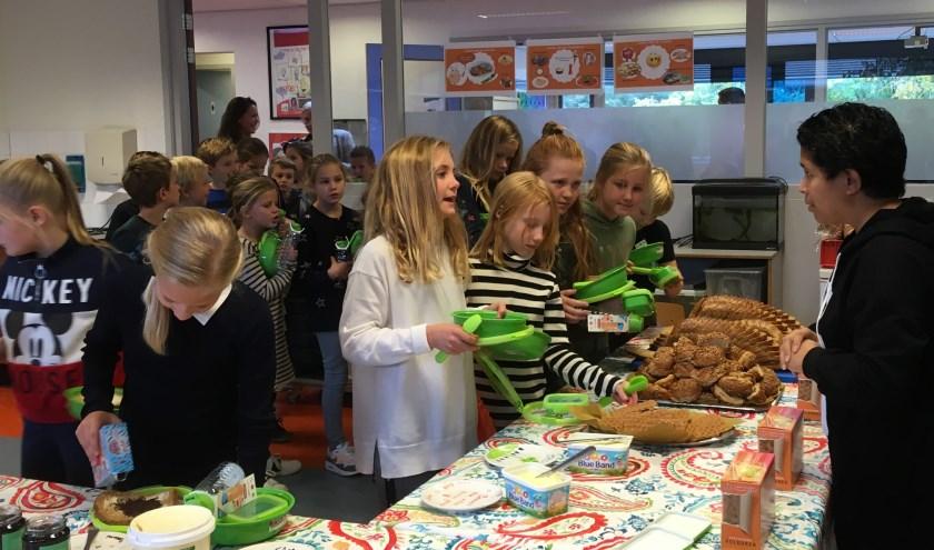 Na de feestelijke start van project Gezonde Lunch zijn de leerlingen benieuwd naar wat er op het menu staat