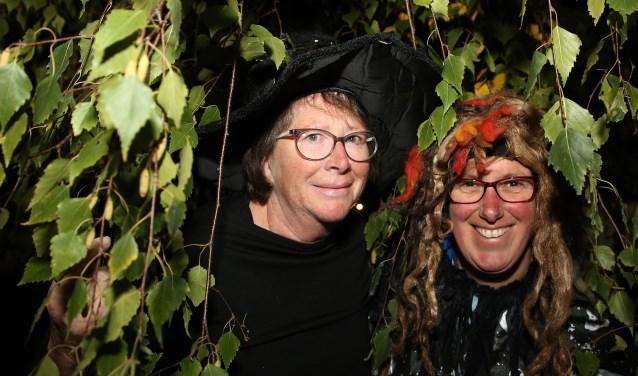 Kathleen (l) en Lenneke vinden de waardering en het succes het leukste van de Halloweentocht. Foto: Theo van Sambeek.