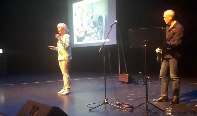 Vivian den Hollander geeft tijdens Kinderboekenweek een voorstelling aan 600 scholieren en leerkrachten in het Schaffelaartheater