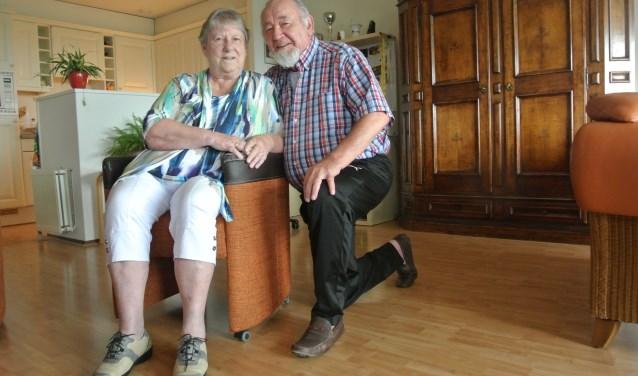 """Nel en Jaap Tulen. Via het Sociaal wijkteam heeft Jaap sinds kort een scootmobiel. """"Zodra de zon schijnt, ga ik op pad."""""""
