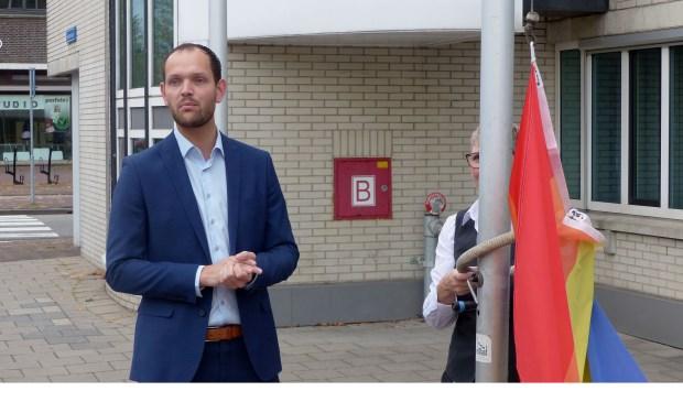 Wethouder Struijk hijst de regenboogvlag op de Coming Out Dag. Foto: Roel van Deursen