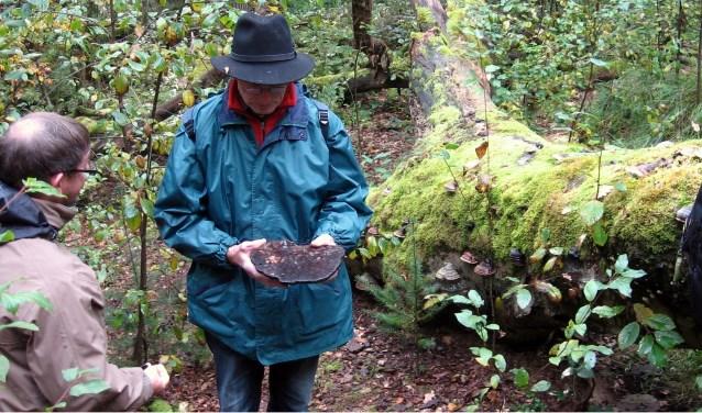 IVN-gids Bennie laat een tonderzwam zien tijdens een vorige paddenstoelenexcursie. (Maaike Menting)