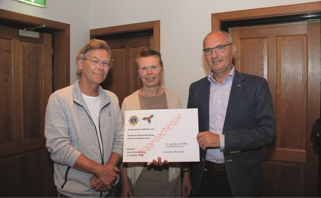 Lionsclub Duiven schonk de Stichting Kerstontmoeting Duiven en Westervoort 500 euro. Vlnr: Jan Martens, Hillie van Mourik en Leon Ruesen van de stichting met de cheque.