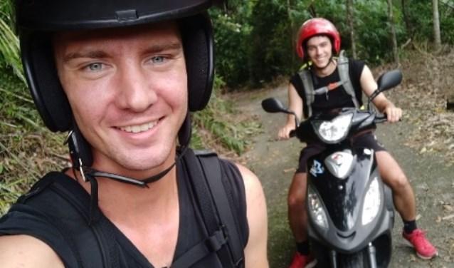 Rick (links) huurt een scooter om een lang weekend rond te reizen in Midden- en Zuid-Taiwan.