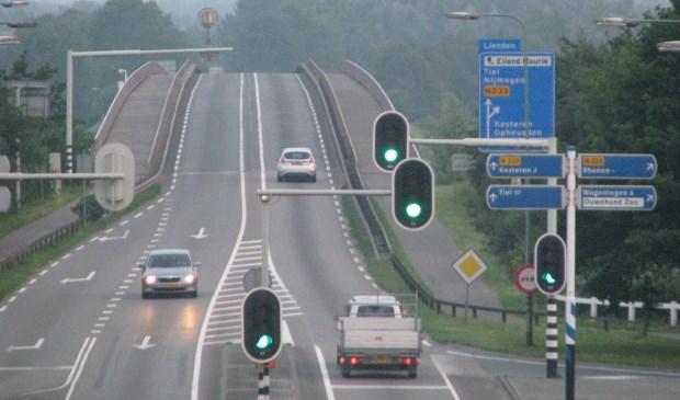 De Rijnbrug tussen Rhenen en Kesteren wordt vernieuwd. (Archieffoto: Henk Jansen)