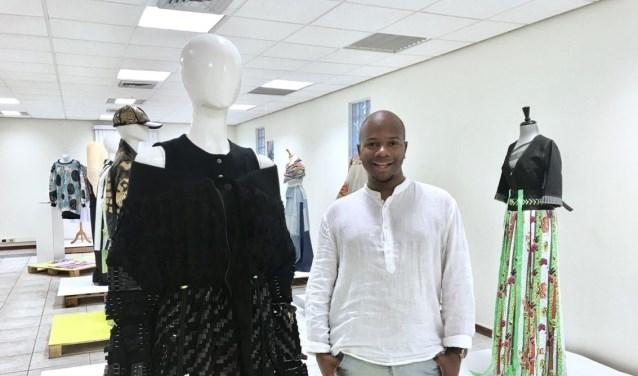 De jonge Haagse ontwerper bij zijn ontwerpen. Veel BN'ers dragen zijn kleding. (Tekst en foto: Joyce Hoogland)