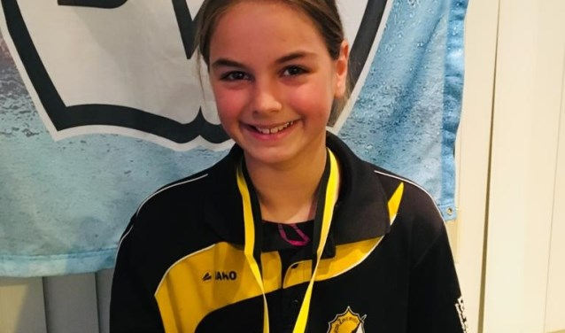Amy Ambachtsheer met haar allereerste medaille ooit in haar zwemcarrière. (Foto: Ron Ambachtsheer)