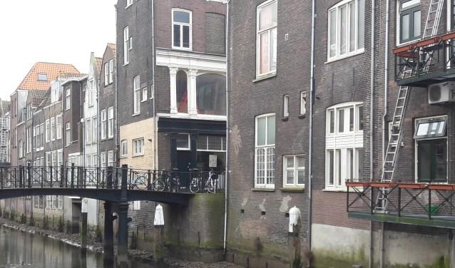 De Voorstraathaven was vroeger deel van de rivier de Thuredrith, leggen de auteurs uit. (foto: Arco van der Lee)