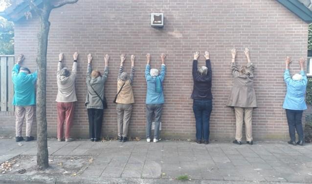 De politie kwam toch even informeren of de KWIEK'ers wel vrijwillig tegen de muur stonden.