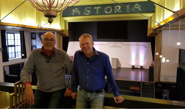 Ronald Douglas (links) en Hein Buying op het balkon van het sfeervolle art-deco theater Zaal Astoria.