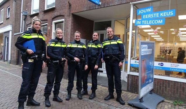 Wijkagent Atie de Waard (links) met collega's op pad in het centrum van Oudewater en industriegebied Tappersheul. (Foto: Margreet Nagtegaal)