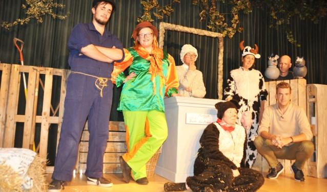 De cast van Toneelgroep Strik die zaterdagmiddag het kinderstuk 'Bal in de Boerenstal' op de planken brengt.