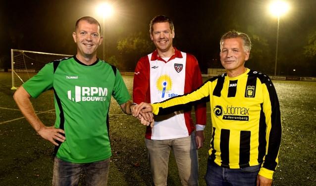 Alex Knippers (VVL) , Niels Scheers (VV Stokkum) en Jan Marissink (MVR) slaan de handen ineen. (foto: Roel Kleinpenning)