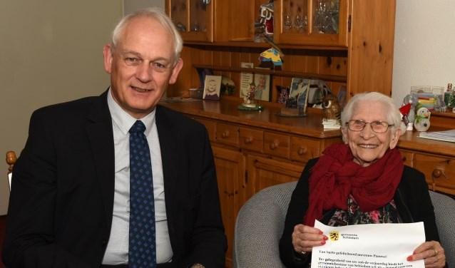 Burgemeester Lamers feliciteert 106-jarige mevrouw Paauwe