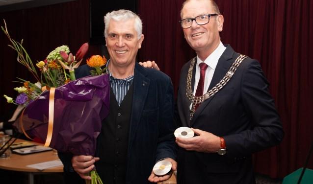 Hans van Breukelen ontvangt van burgemeester Wim Groeneweg de 'Viaanse Noot'. Foto: Jacques Stam