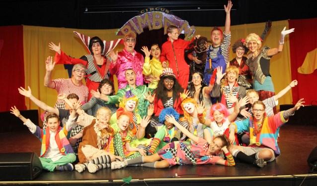 De cast van Pit! (inclusief negen mini-Pitters!) voor de succesvolle voorstelling 'Circus Bimbam'. Foto: Koos Roelofs.