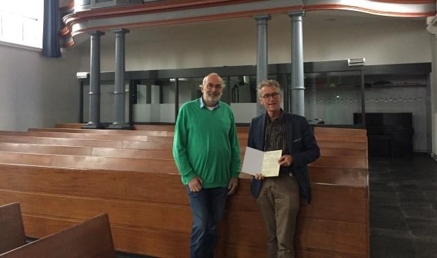 Dirigent Johan van Oeveren (links) en predikant Evert Westrik in de Dorpskerk Boskoop. FOTO: Ellen van Dilst