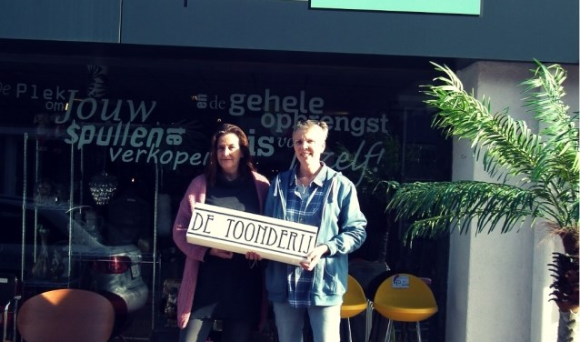Erica de Ruiter en Regina Dellemijn voor het winkelpand aan het Weurden 41 Winterswijk.