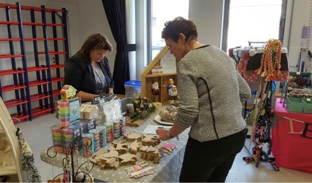 Vanwege het succes opnieuw een Creamarkt in het Cultuurhuis met heel veel zelfgemaakte creativiteit. Van zelfgemaakte koperen armbanden en tassen van oude spijkerbroeken tot moois voor de kerst. (Foto archief)