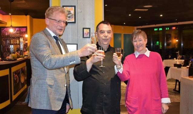 Wethouder Brink heeft het glas met de eigenaars van het nieuwe restaurant  Orizaba, Michel en Josine Rijsdijk