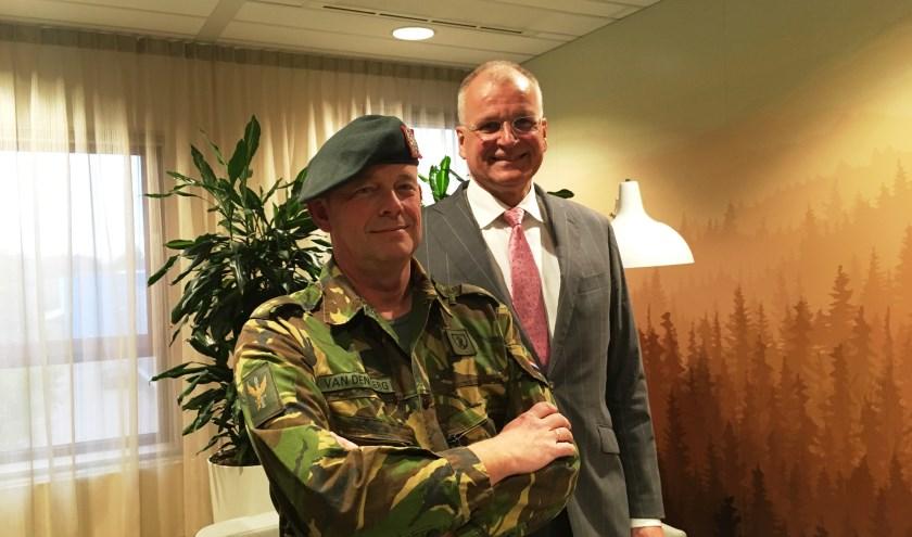 Voorzitter Raad van Bestuur Henk Prins (rechts) met reservist Pieter van den Berg, die parttime werkt bij Zorggroep Charim.