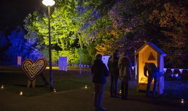 In een bijzonder sfeervol decor brachten de bezoekers een warm eerbetoon aan overleden familieleden en/of vrienden.