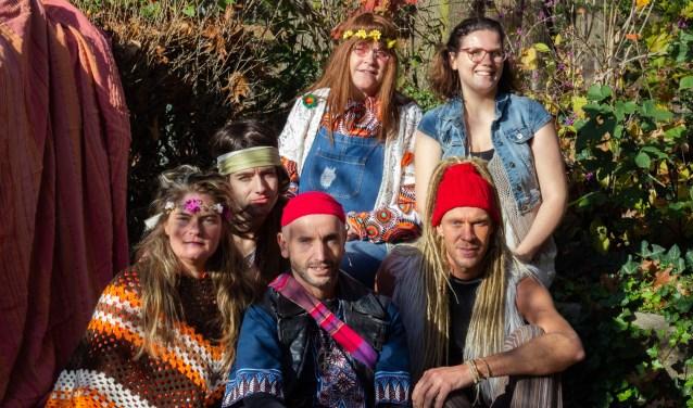WMT gaat met de musical HAIR terug in de flowerpowertijd.  Achter: Robin Schenk, Ada Rouwhorst en Ester Lammers. Voor: Desiree Drijfhout, Bart Mekking en Dennis van Zutphen,