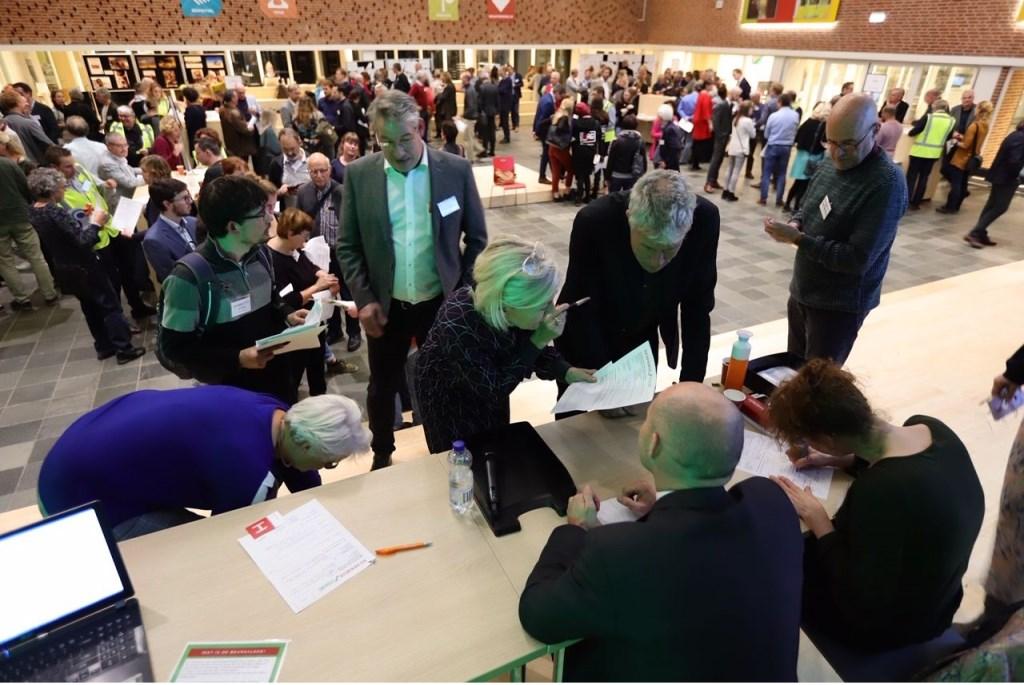 In de rij voor registratie van matches. Foto: Ger Loeffen  © Persgroep