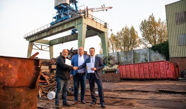 V.l.n.r.: De heren W. Stolk, G.J. Brandwijk en wethouder A. Flach.(FOTO: Cees van Meerten FotoExpressie)