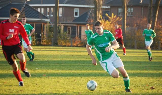 Jorn Mocking dribbelt richting doel in een zeer slechte wedstrijd van beide partijen. FOTO: Wim Terwint