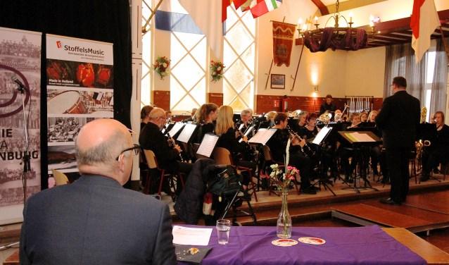 Jacob de Haan luistert naar de optredens tijdens de muzikale Lingewaard Cup. (foto: Kirsten den Boef)