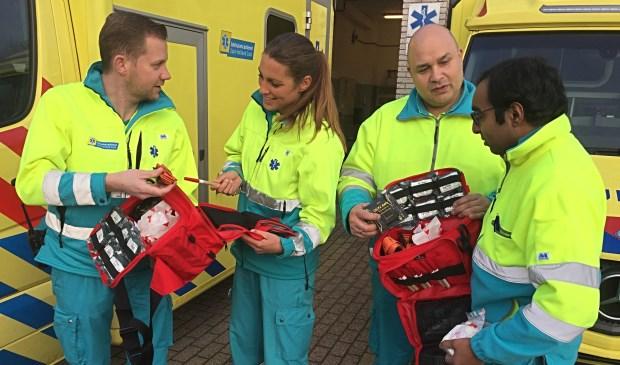 Ambulancehulpverleners uit Zuid-Holland Zuid bekijken in 2017 de tasjes met bloedstelpende middelen voor gebruik na terreuraanslagen, binnenkort volgen de kogelwerende vesten.