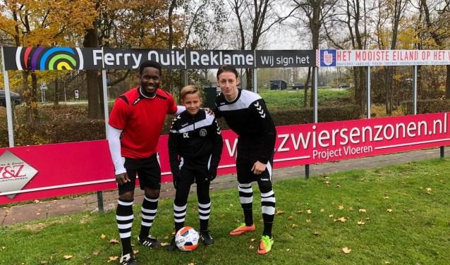 'Pupil van de Week' Duco Lodder met de centrale verdedigers Ferdi Vrede en Ricardo Bakker