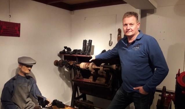 Marc Fraser is al een aantal jaar lid van de Oudheidkamer in Holten.  Foto: Susanne Nijenhuis.