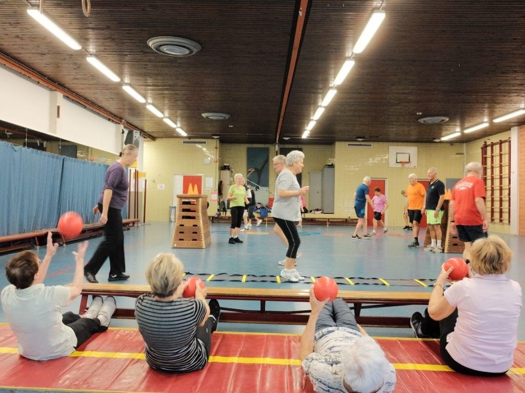 Senioren in Beweging op de maandagochtend tussen 9.00 en 10.00 uur bij DOS Sporthome in Alphen aan den Rijn.  © Persgroep