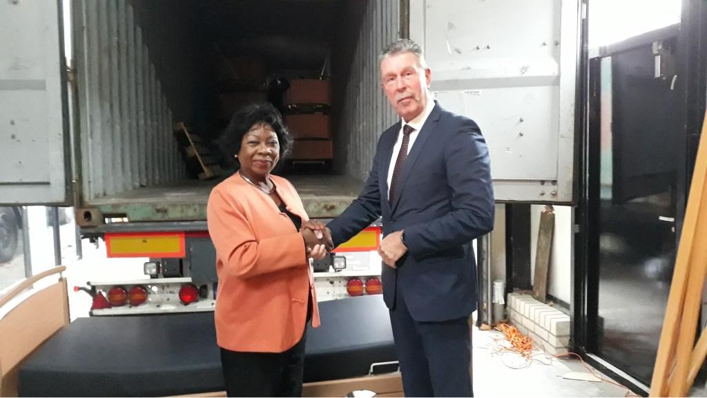 Bram van Hunnik, directeur Charim Services, draagt de bedden over aan mevrouw Virma Durinck-Lourens, initiatiefnemer voor het transport van de bedden.